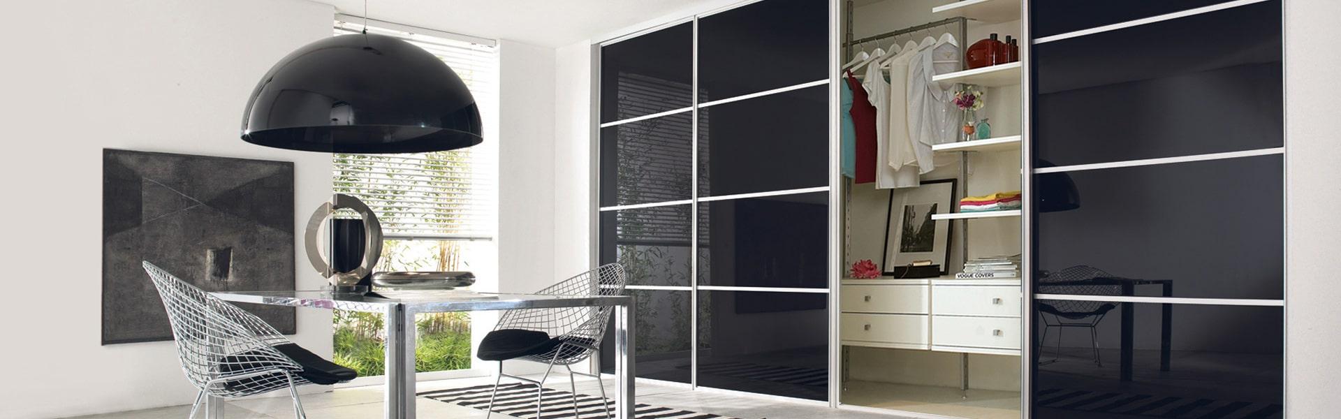 8497831_minimalist-wardrobe-banner-1920x600